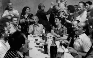 Итальянская семья обедает и шумит