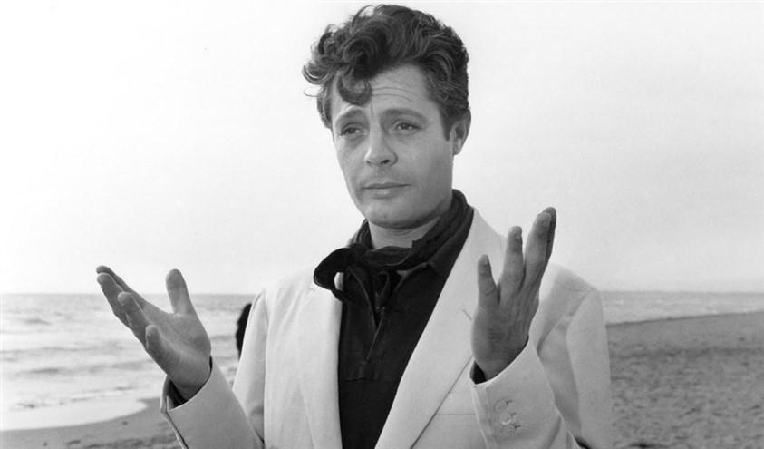 Итальянский актер Мастроянни жестикулирует руками