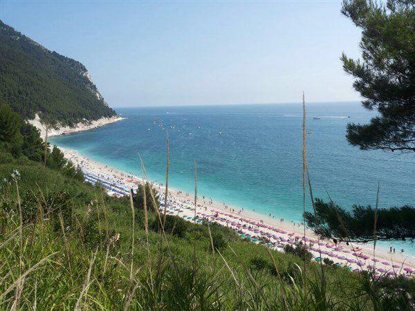 пляж в конеро (марке)